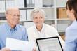 Leinwanddruck Bild - glückliches älteres paar mit kundenberaterin
