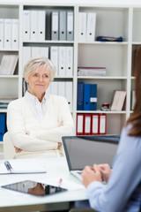 kritische seniorin in einem beratungsgespräch
