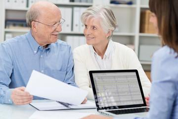 älteres ehepaar in einem beratungsgespräch