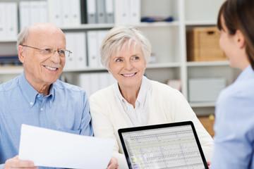 glückliches älteres paar mit kundenberaterin