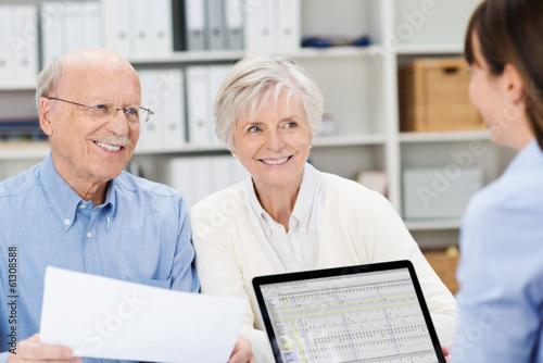Leinwanddruck Bild glückliches älteres paar mit kundenberaterin