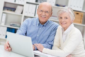 rentner informieren sich am laptop
