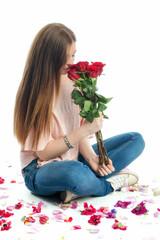 Mädchen riecht an Rosenstrauß