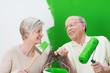 aktives älteres paar streicht die wohnung