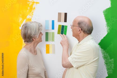 älteres paar sucht wandfarbe aus
