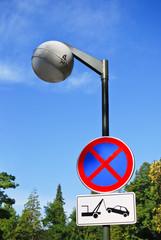 Halteverbot und Straßenlaterne