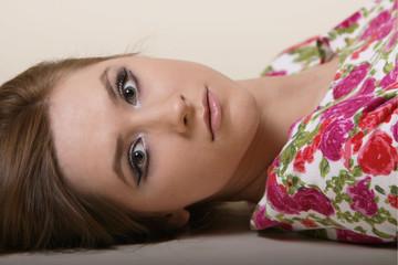 портрет девушки в платье с цветочным принтом