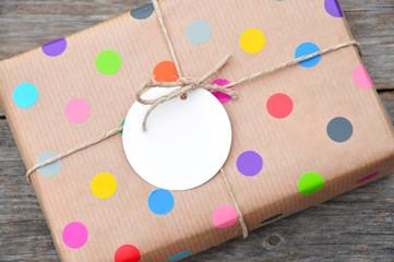 Bunt gepunktetes Geschenk mit Anhänger