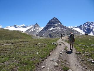 Randonneurs en Haute-Maurienne, face au mont Séti