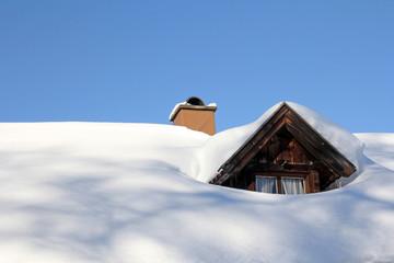 Viel Schnee auf dem Hausdach