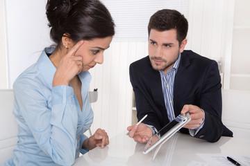 Beratungsgespräch: Kunde und Berater in Besprechung