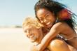 Paar, Sand und Strand am Meer im Urlaub