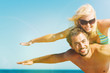 Mann und Frau am Strand in Freiheit