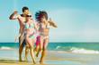 Freunde laufen am Meer Strand im Urlaub
