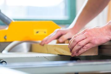 Tischler an der Fräsmaschine