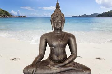 bouddha noir sur plage, concept yoga, bien-être ...