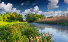 Kolorowe wiosny mglisty krajobraz na rzece