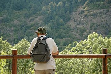 Persona mirando el paisaje