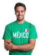 Lachender Fan aus Mexiko mit verschränkten Armen