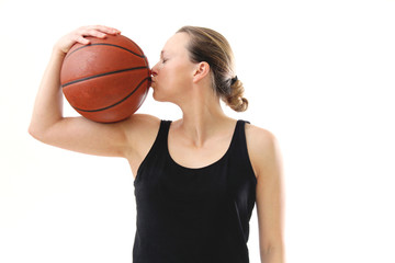 Frau küsst ihren Basketball