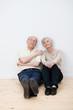 älteres ehepaar schaut nachdenklich nach oben
