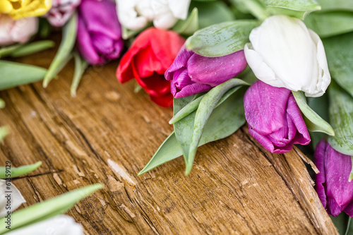 rustikales holz mit tulpen