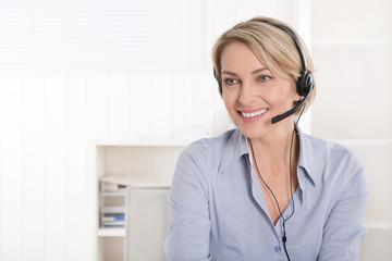 Lachende blonde Frau im Telefonverkauf des Versandhandel