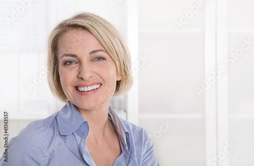 Leinwanddruck Bild Ältere schöne blonde Frau - Portrait mit Hintergrund weiß blau