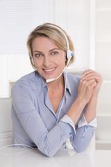Frau älter in blau mit Headset im Kunden Support