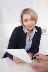 Geschäftliche Unterredung: Kunde im Beratungsgespräch