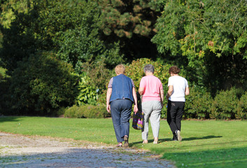 Femmes âgées en promenade-6419