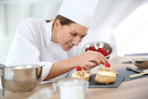Chef preparing pastries for restaurant - 61365385