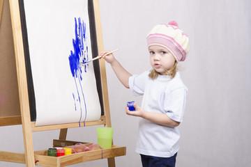 Девочка художник рисует на мольберте