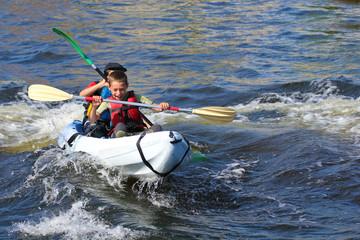 Garçons faisant du kayak-7296