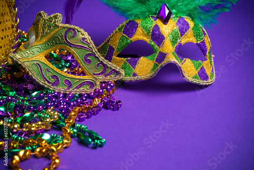Poster Carnaval Assorted Mardi Gras or Carnivale mask on a purple background