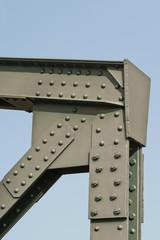 Vernietete und verschraubte Stahlträger einer alten Brücke