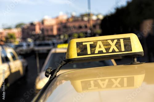 canvas print picture Taxi in einer marokanischen Stadt