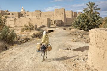Marokkanisches Dorf mit Straße, Esel und Reiter