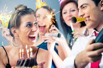 Geburtstagsfeier in Bar mit Kuchen