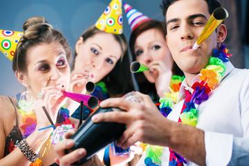 Party in bar zu Fasching oder Karneval