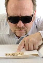 Holzwürfel mit Armbinde und Blindenschrift