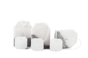 Bolsas de té, manzanilla y menta poleo aisladas sobre blanco