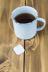 Taza vintage de té sobre fondo de madera