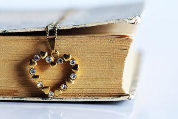 Die Kette und das alte Buch