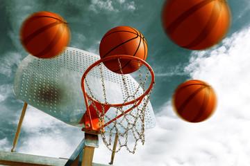 Canasta de baloncesto Y pelotas.Fondo de deportes