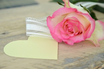Einzelne Rose mit Herz und Textfreiraum