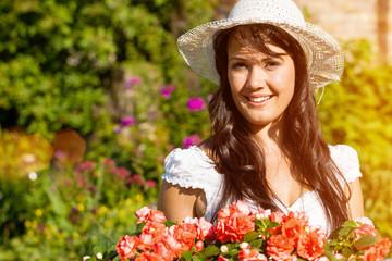 Frau im Sommer Garten mit Blumen
