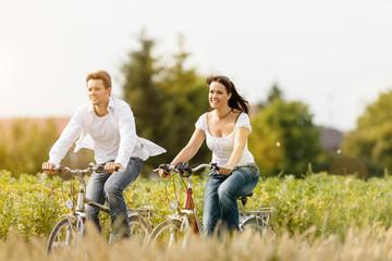 Junges Paar fahren Fahrrad im Sommer