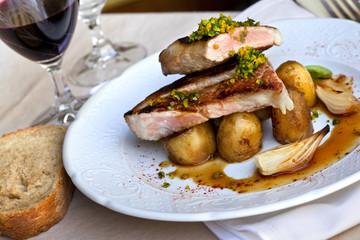 Côte de veau, pommes de terre et échalotes