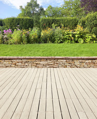 Gartenterrasse mit Mauer